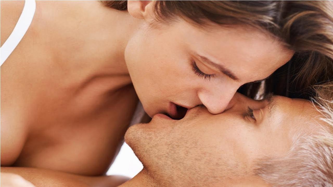 Nụ hôn nồng cháy là vũ khí khơi gợi ham muốn cho chàng