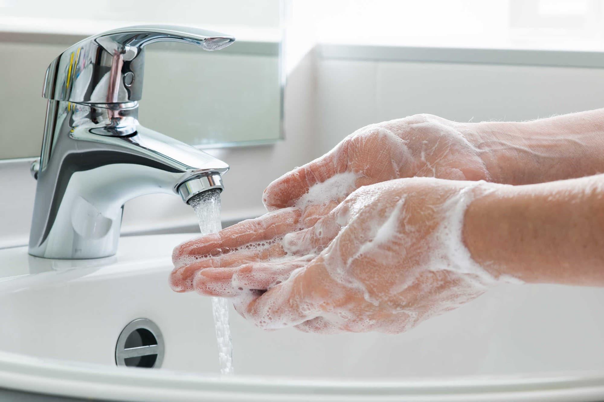 Hãy rửa tay sạch sẽ trước khi thay băng vệ sinh