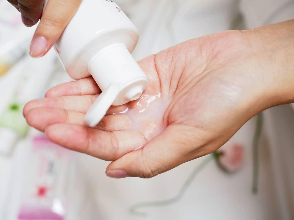Một trong những nguyên nhân gây viêm âm đạo là do quá trình vệ sinh