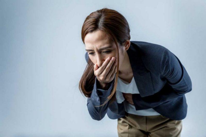 Chị em gặp phải tình trạng buồn nôn khi uống thuốc