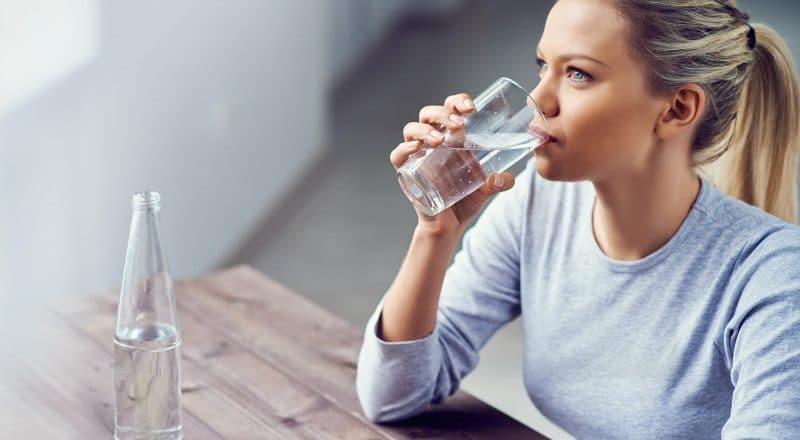 Bạn nên uống đủ 2 lít nước mỗi ngày
