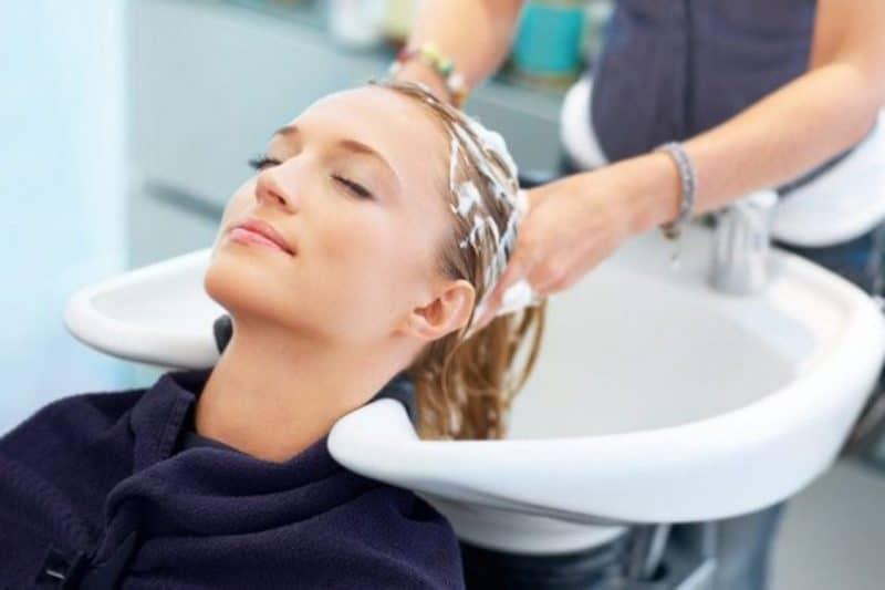 Bạn nên gội đầu thường xuyên và buộc tóc gọn gàng