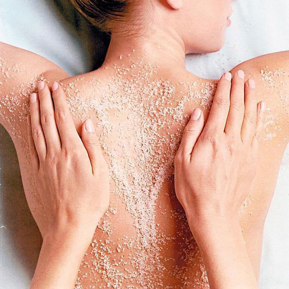 Tẩy da chết thường xuyên để loại bỏ mụn lưng