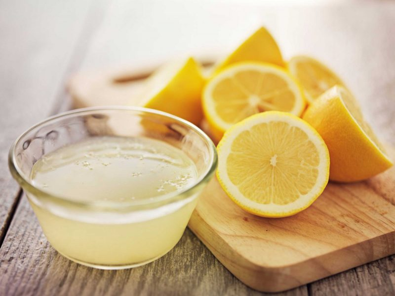 Dùng nước cốt chanh kết hợp mật ong