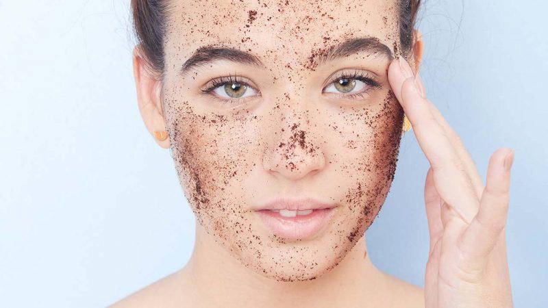 Tẩy da chết thường xuyên để loại bỏ tế bào chết trên da