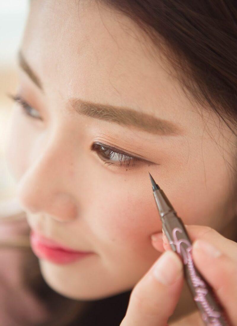 Kẻ mắt màu nâu là mẹo trang điểm từ các chuyên gia makeup