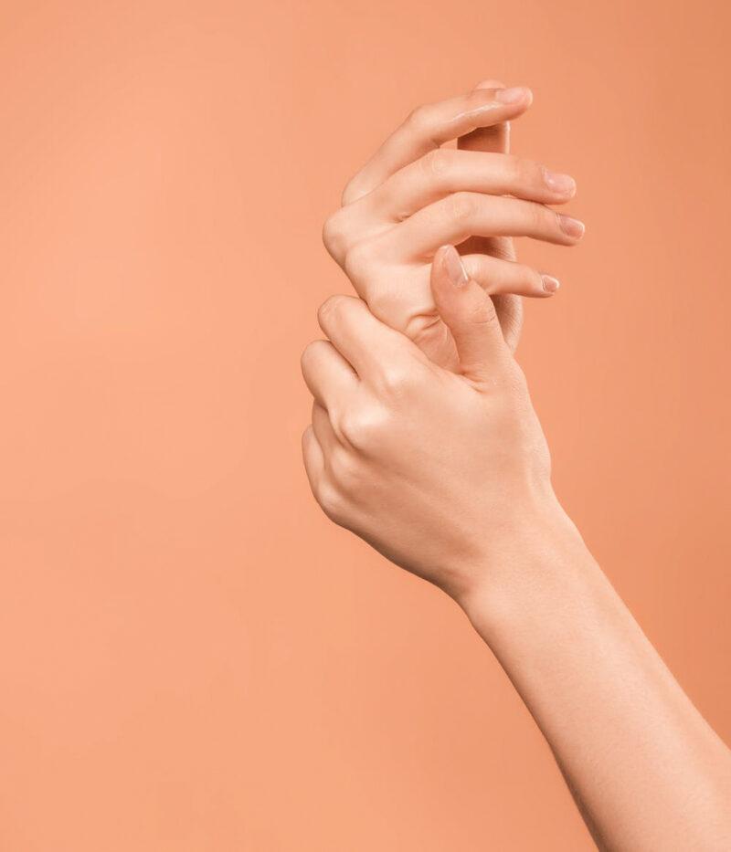 Đừng vô tình bỏ quên đôi tay trong quá trình dưỡng da bạn nhé.