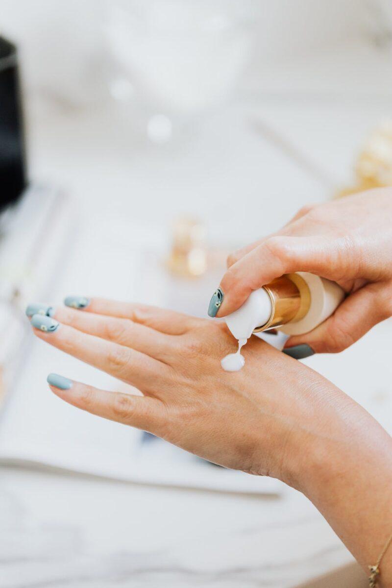 Kem dưỡng da tay là món không thể thiếu hàng ngày cho làn da tay mềm mại và khoẻ khoắn.