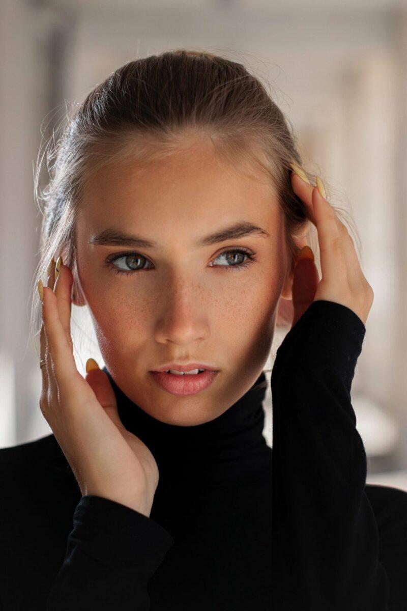 Những nếp nhăn do stress thường xuất hiện ở vùng trán và giữa lông mày. Ảnh: Unsplash.