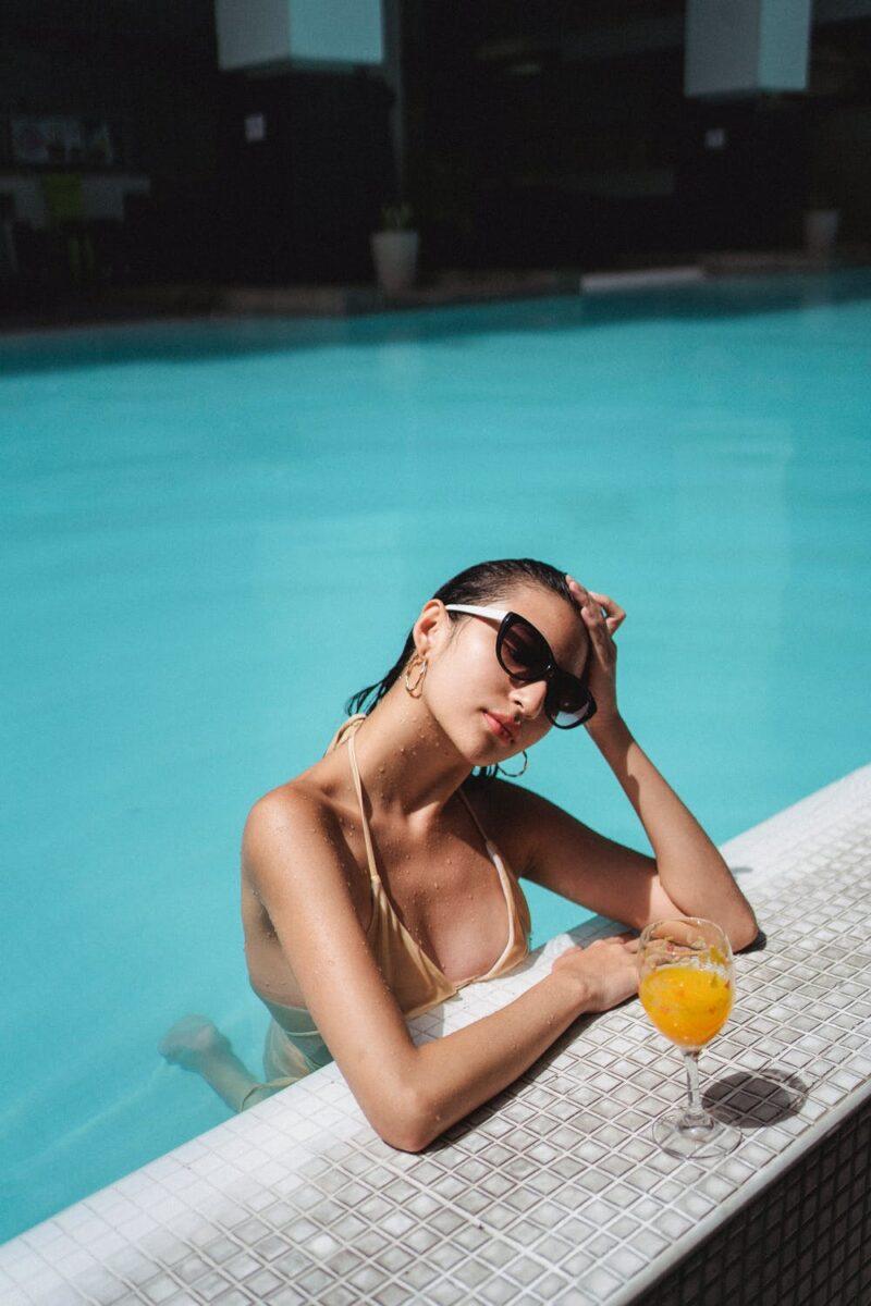 """Cốc nước ép cam mát lạnh chính là """"cứu tinh"""" giải nhiệt cho cơ thể giữa trưa nắng chói chang."""