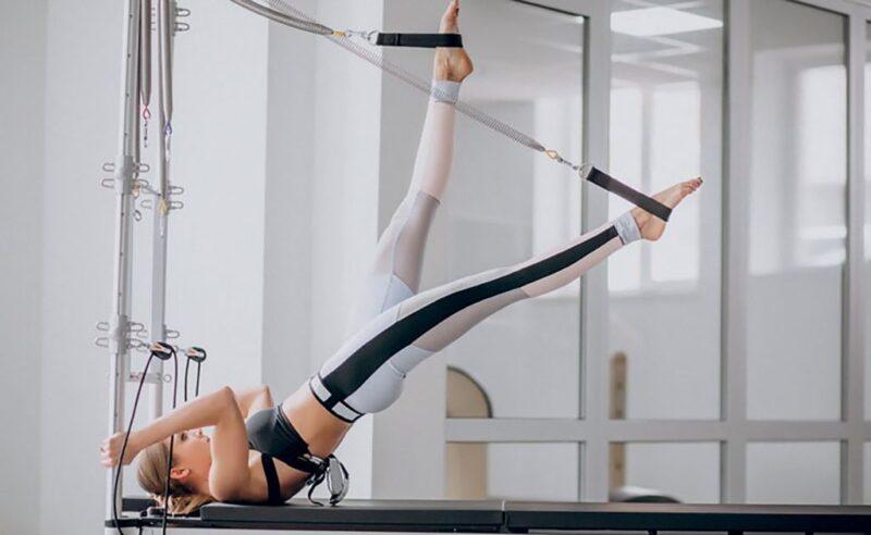 Pilates tăng cường hoạt động của các khối cơ, tăng sức khỏe của lưng và cột sống.