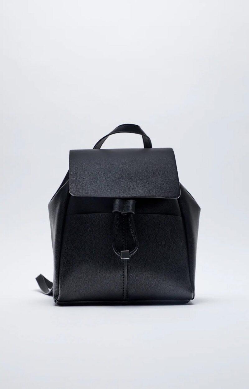 Đây là một trong những mẫu thiết kế ba lô cơ bản từ da PU với màu đen sang trọng