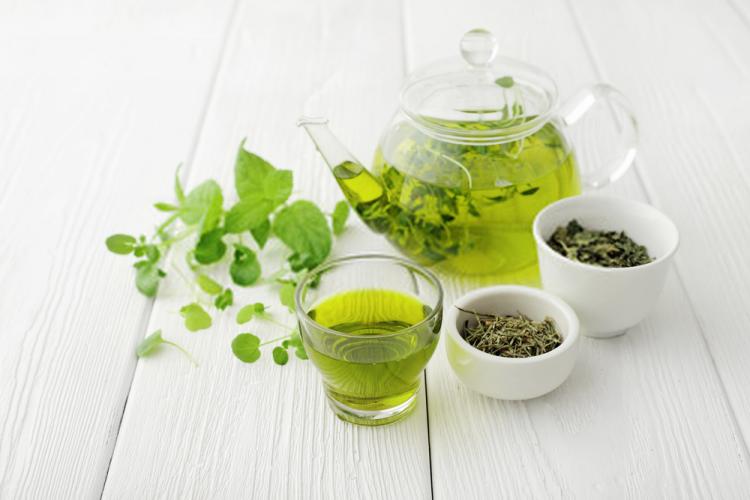 Các loại trà thảo mộc thường ấm và nhẹ nhàng nên có lợi cho bạn trong thời kỳ hành kinh.