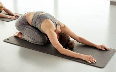 Bài tập yoga này là một cách tuyệt vời giúp bạn kéo dài cột sống, đồng thời thư giãn vai, lưng và ngực.